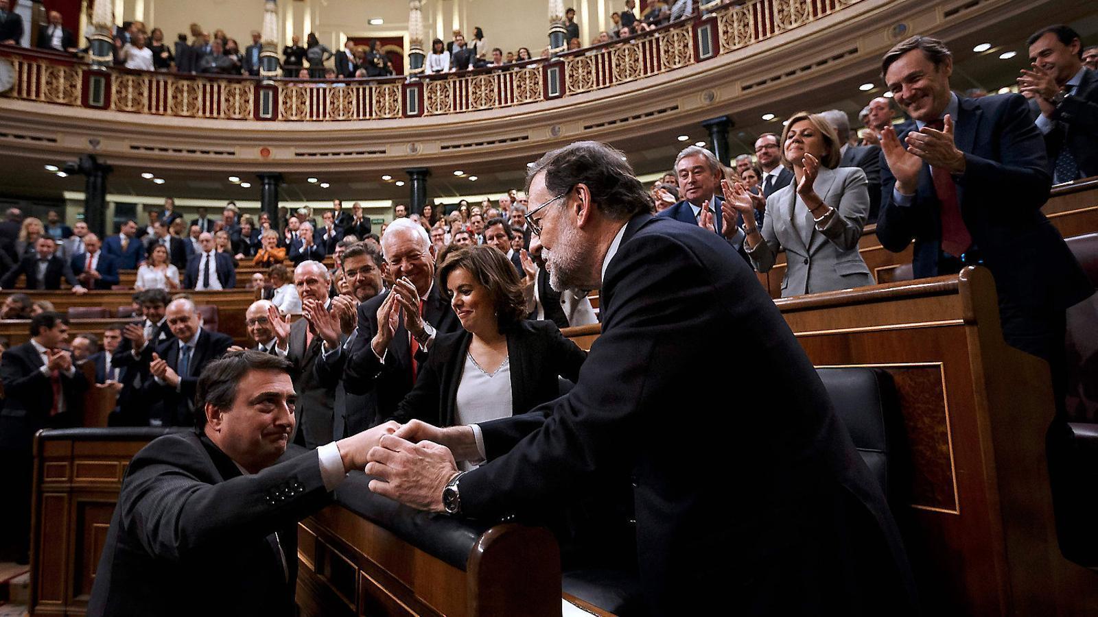 Aitor Esteban donant la mà  al president Mariano Rajoy, en una imatge d'arxiu.