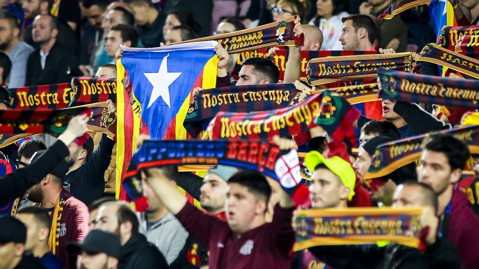 Aficionats de la graderia d'animació durant un partit al Camp Nou.