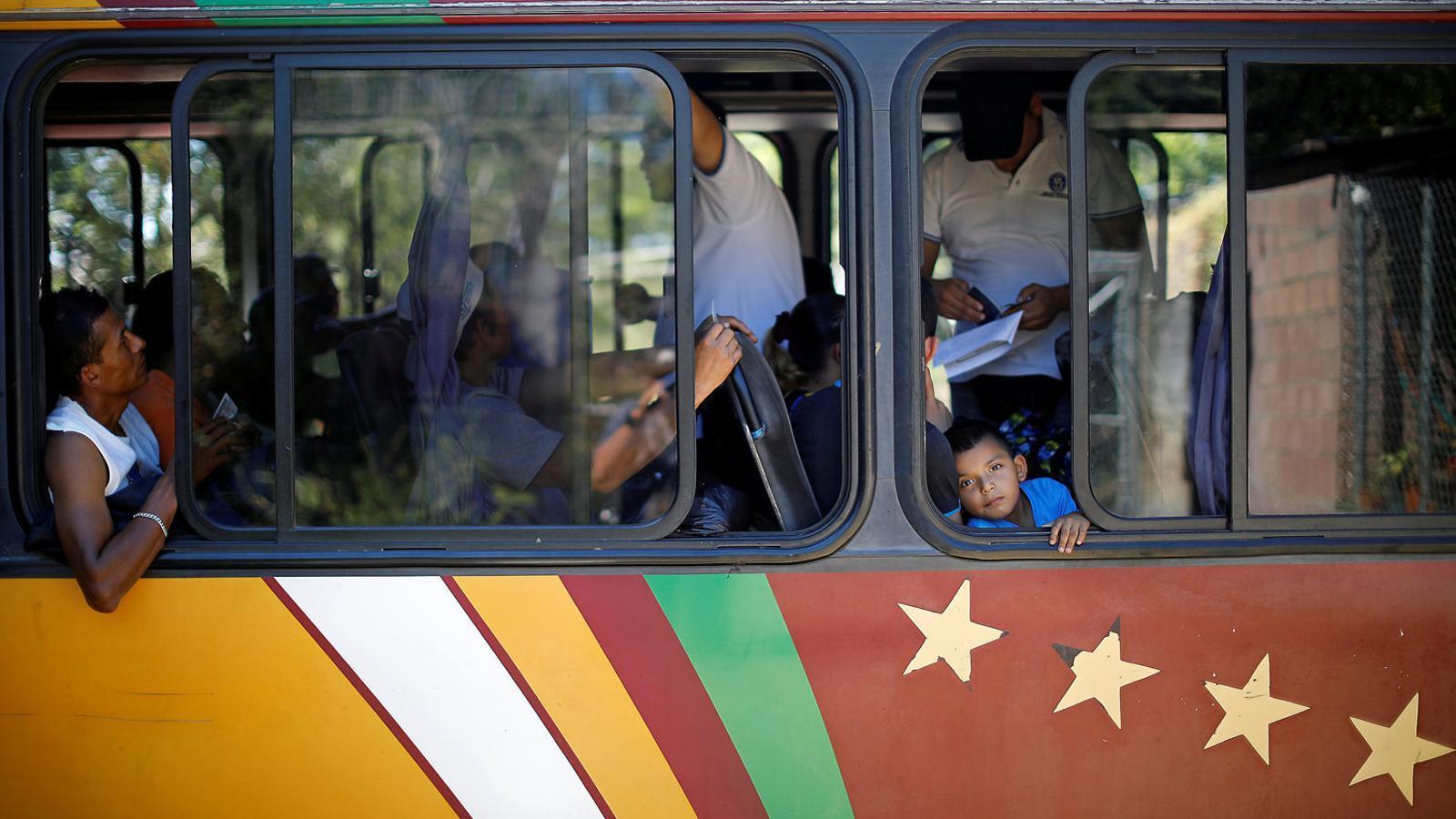 Agents d'immigració del Salvador revisen la documentació d'immigrants en direcció als EUA en una de les caravanes encara en ruta.