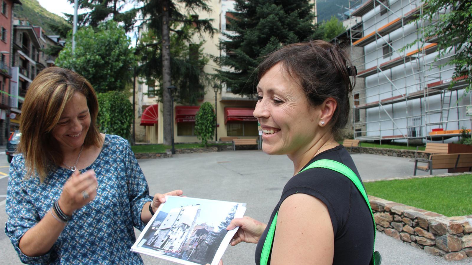 La cònsol menor d'Encamp, Esther París, i l'artista Samantha Bosque, mostren com quedarà la façana de Casa Viliella. / P. R.