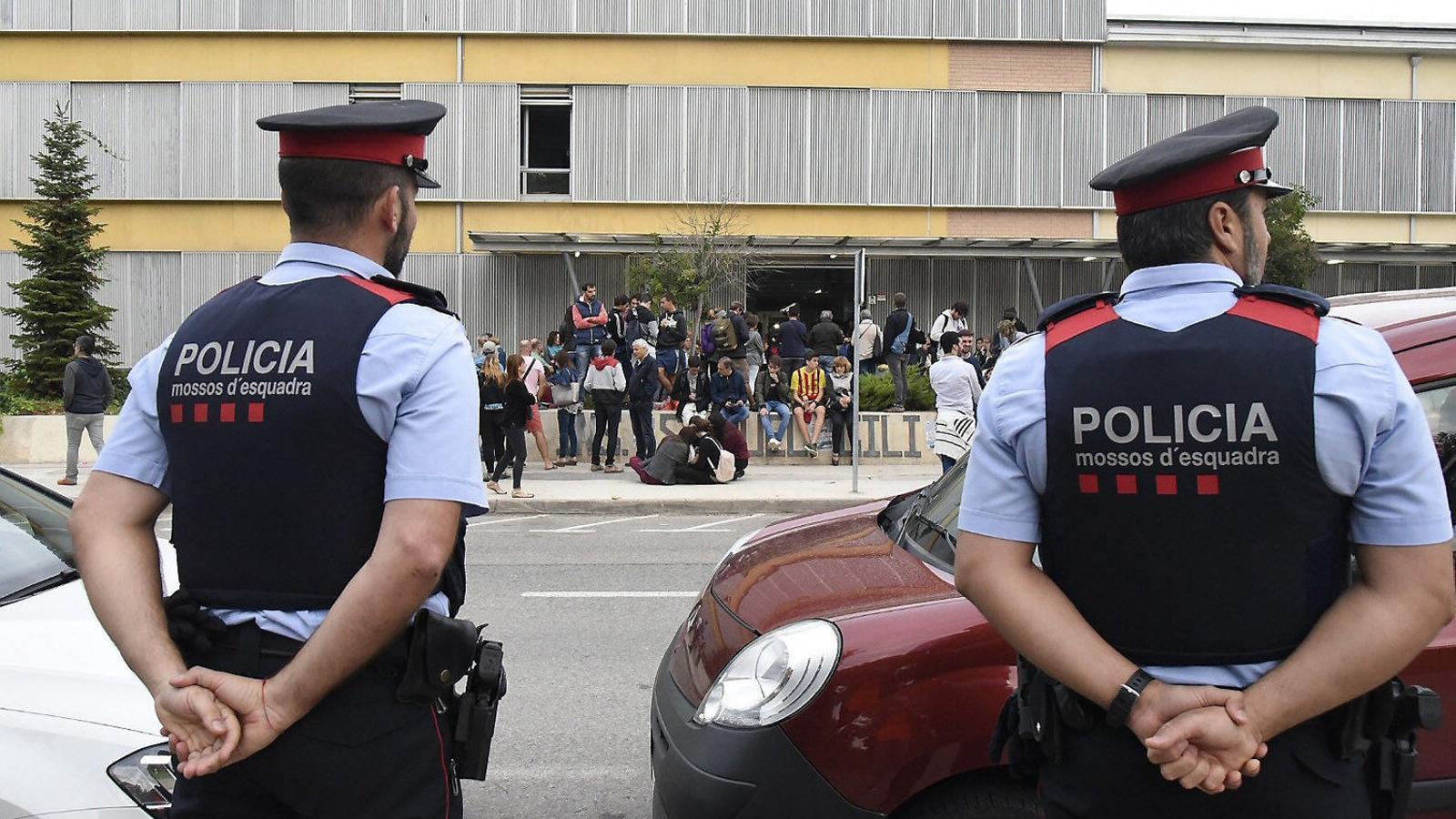 Una parella de mossos davant l'Escola Gili Gayà de Lleida, un dels centres de vot de l'1-O.