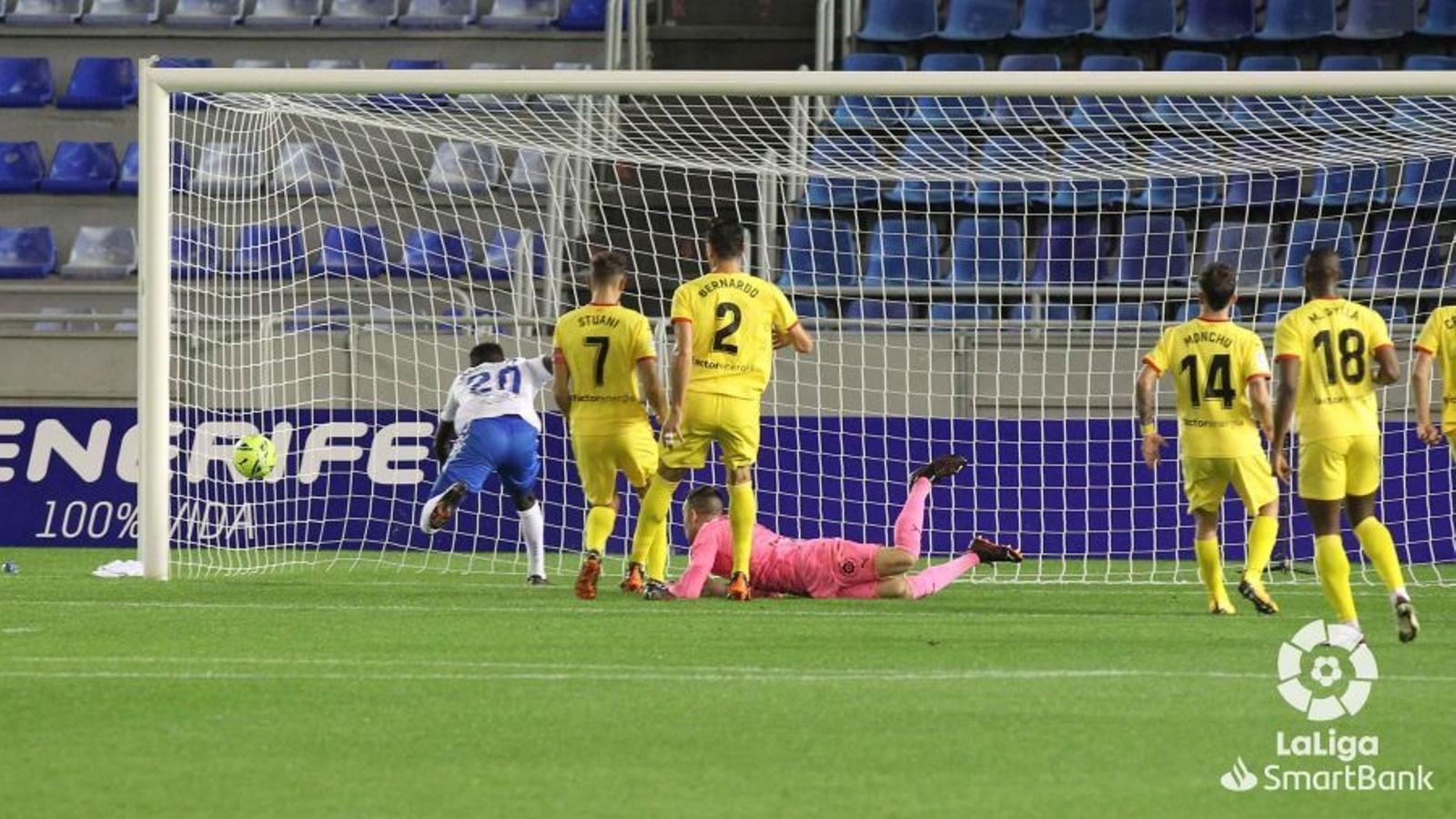 El Tenerife, marcant el primer gol del partit