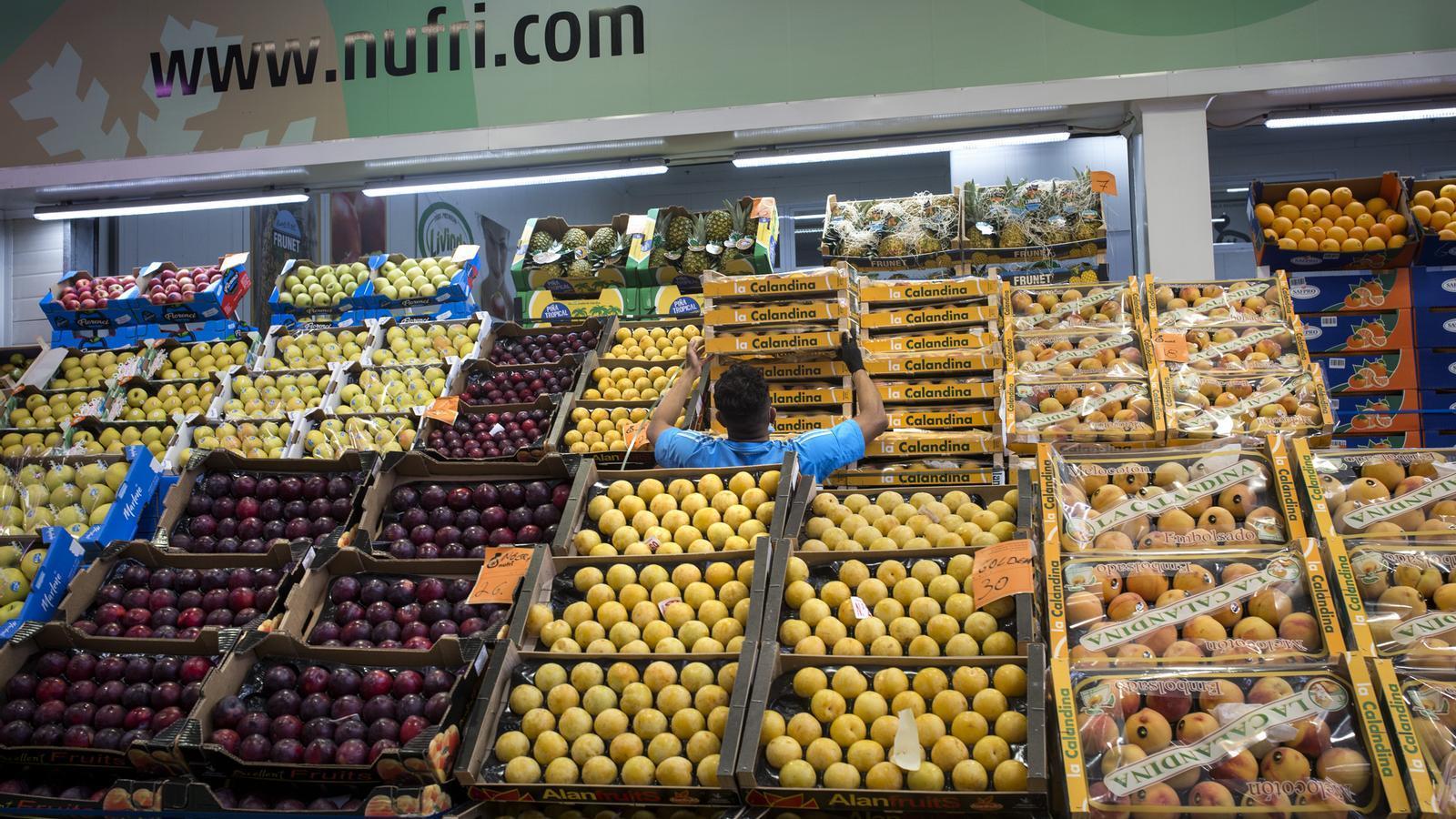 Una botiga a Mercabarna de Nufri, un dels principals proveïdors de fruita dolça per a grans superfícies