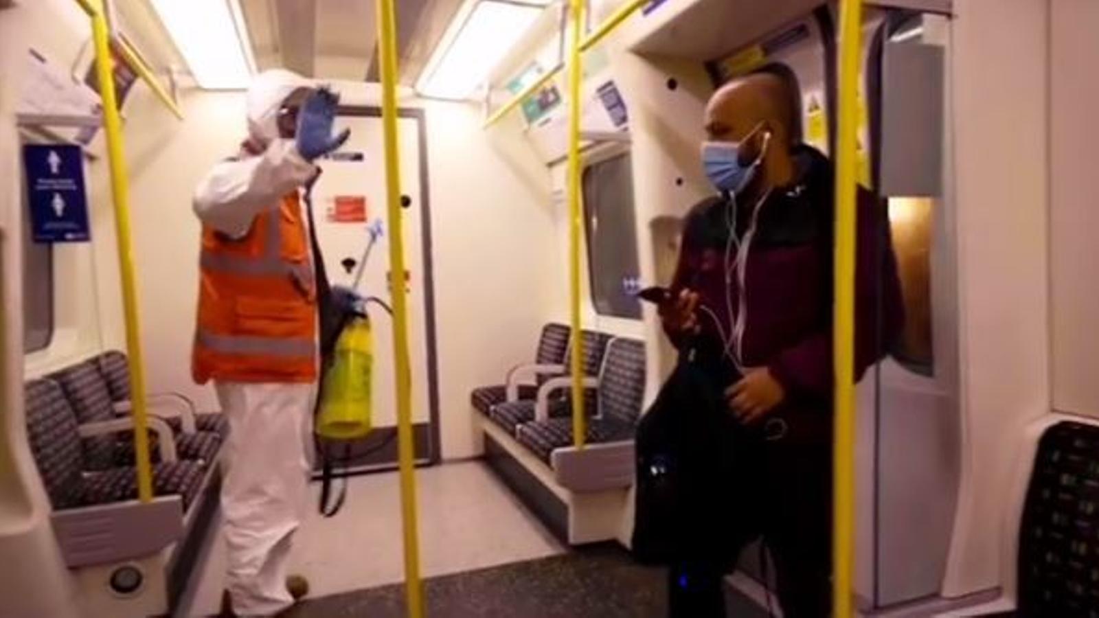 Banksy pintant al metro de Londres
