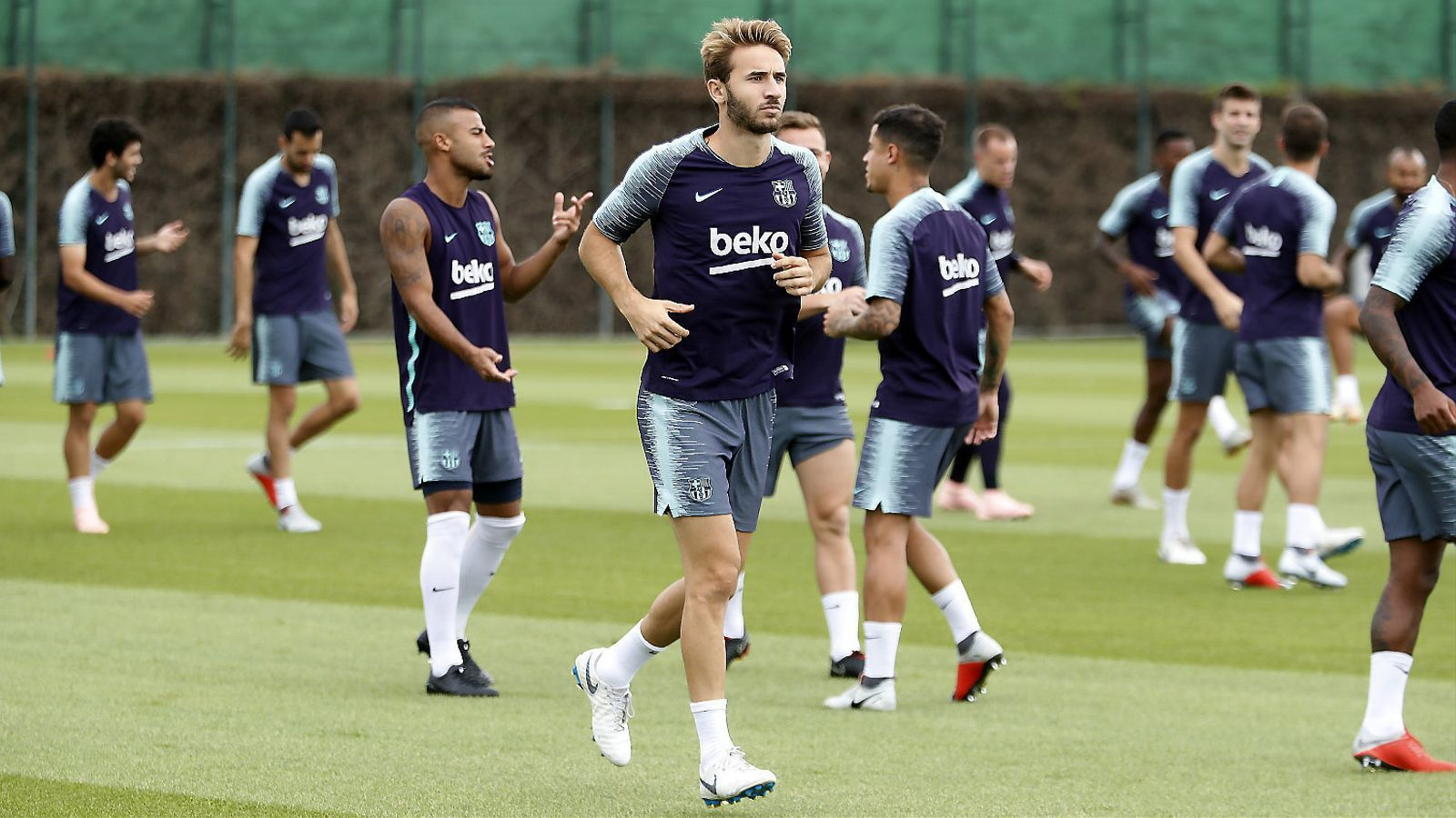 Sergi Samper i la resta de jugadors del Barça durant un entrenament.