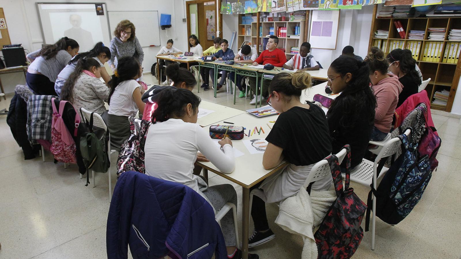 Els alumnes escolten atentament les explicacions de la seva professora en una de les classes celebrades el curs passat.