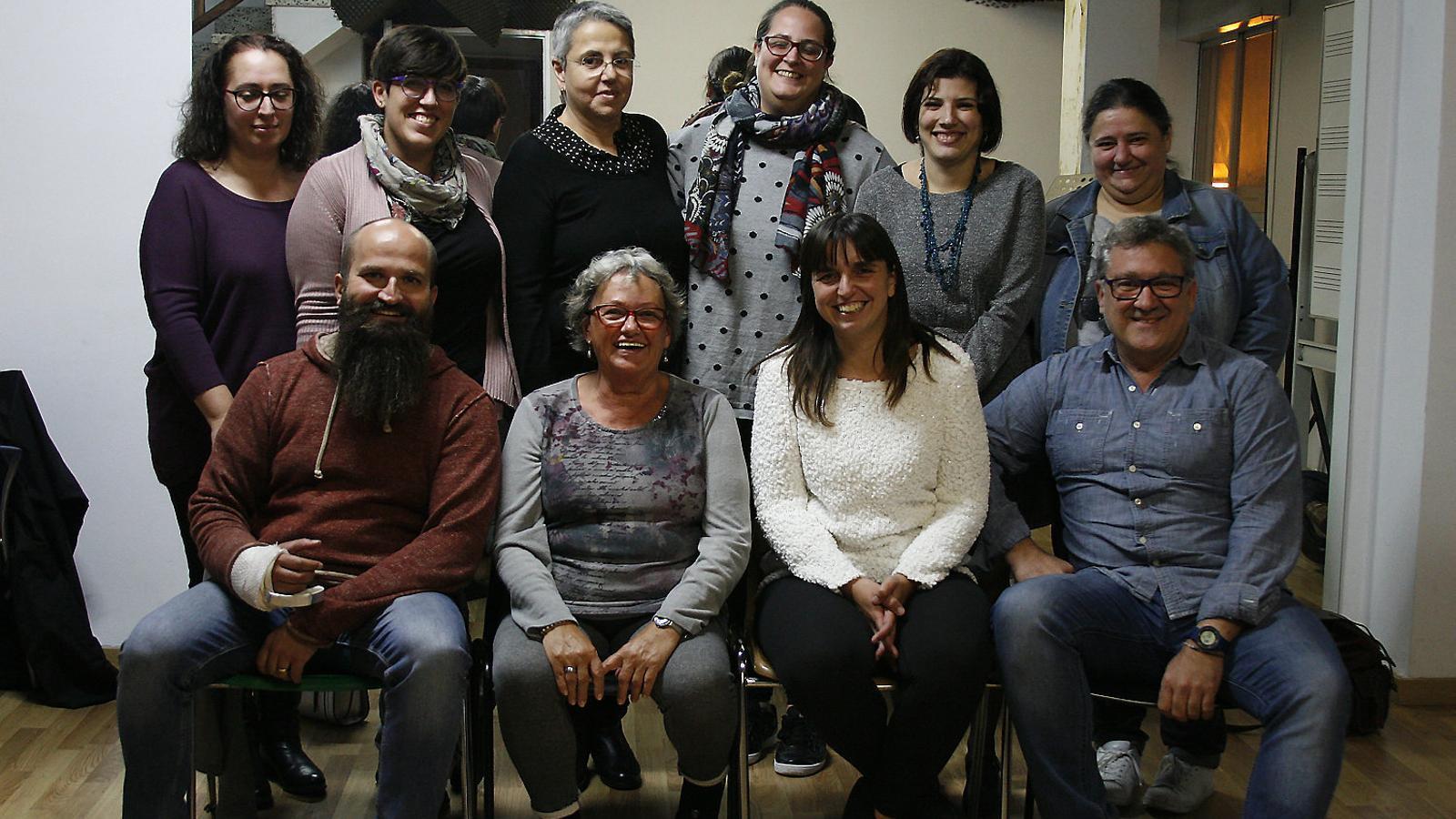 Maribel Servera (asseguda, segona per la dreta), amb mestres i alumnes de l'escola de glosat.
