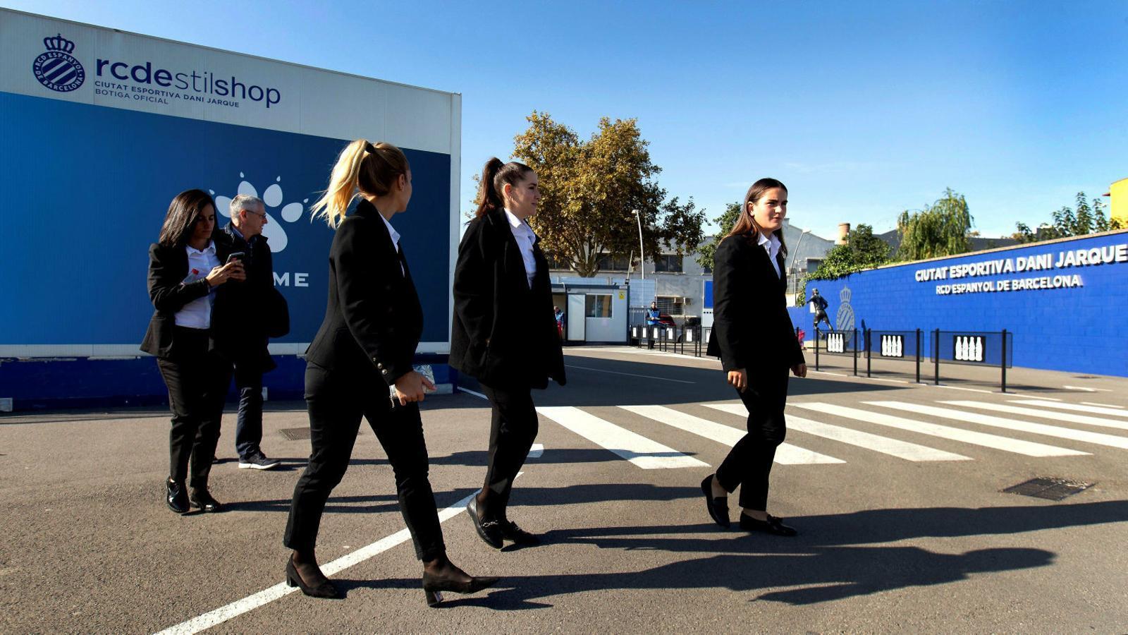 L'equip arbitral del partit Espanyol-Granadilla abandonant la Ciutat esportiva Dani Jarque ahir.
