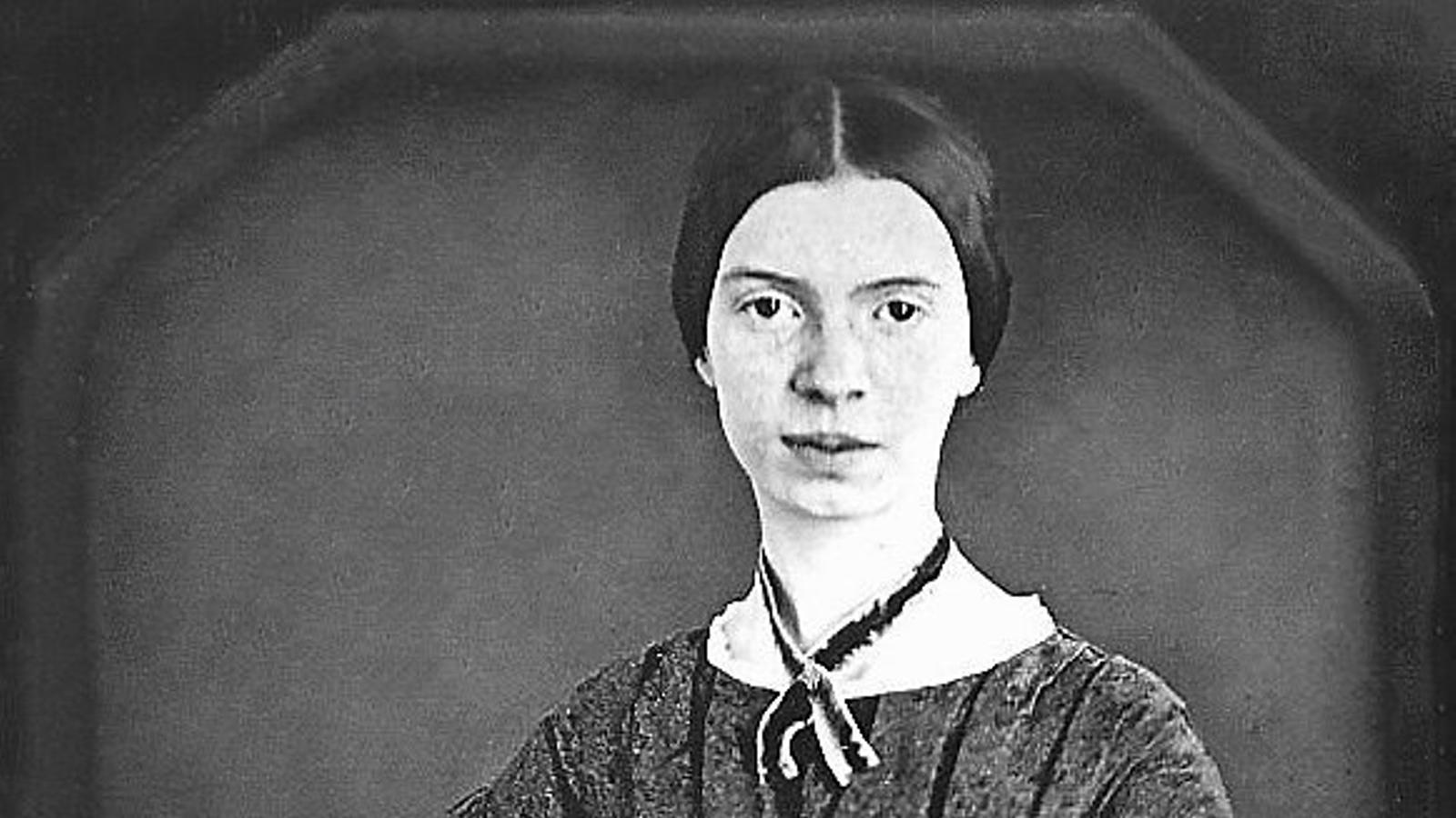 01. L'únic daguerrotip conservat d'Emily Dickinson data de 1846 o 1847, quan la poeta encara no havia fet 18 anys. 02. El traductor Marcel Riera.