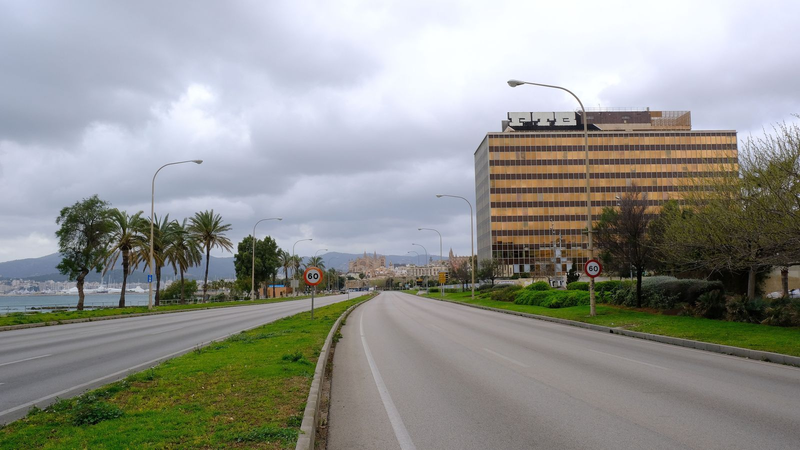 La primera línia de mar de Palma completament buida durant l'estat d'alarma.
