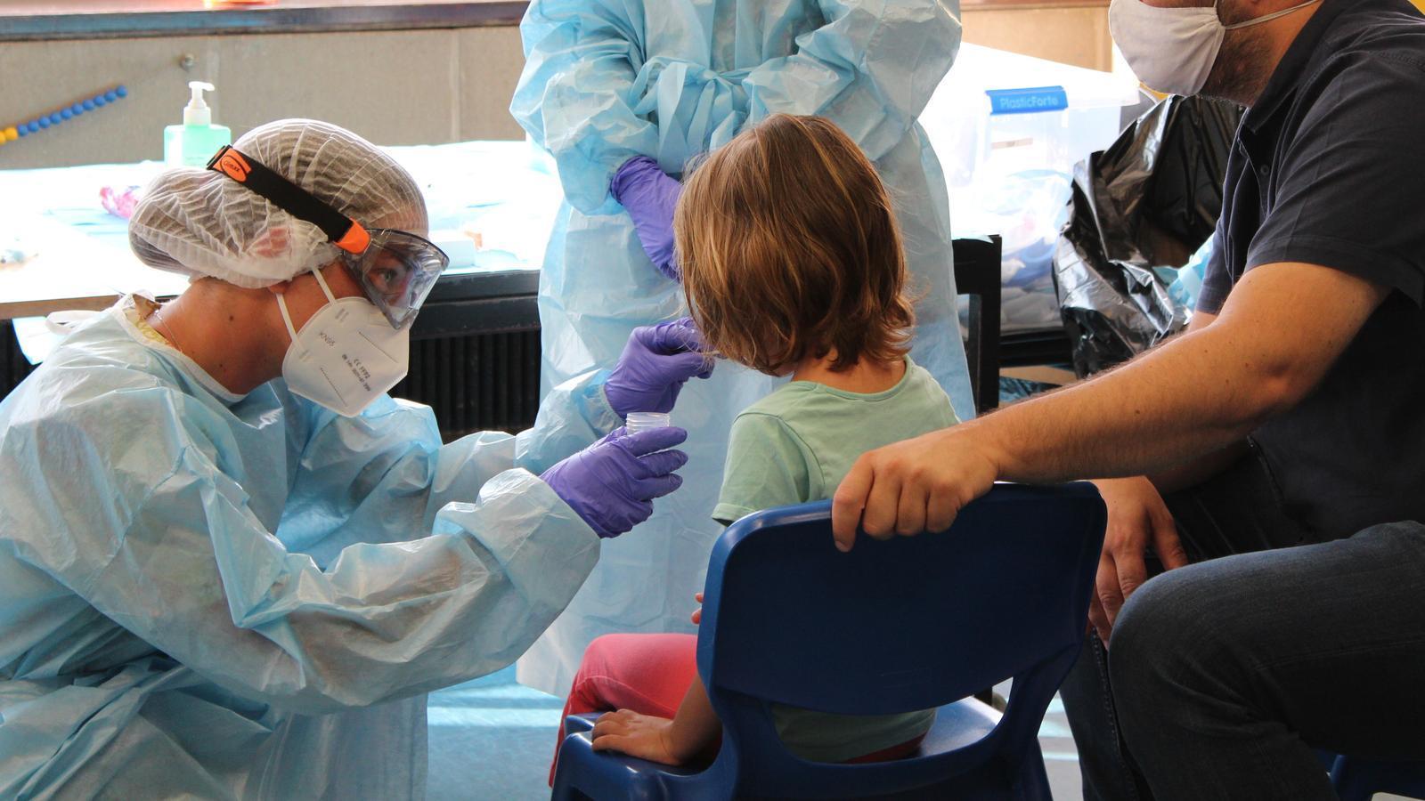 L'hospital Sant Joan de Déu va fer una prova PCR amb una mostra de saliva a més de 1.900 infants i monitors de 22 casals de l'àrea de Barcelona