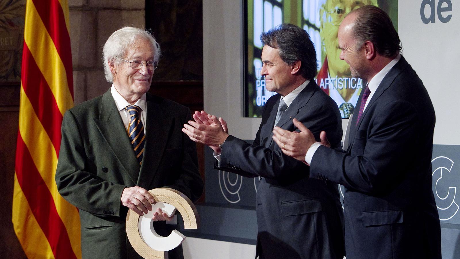 Oriol Bohigas va rebre el premi a la trajectòria artística i professional de mans d'Artur Mas i Francesc Guardans. / PERE VIRGILI