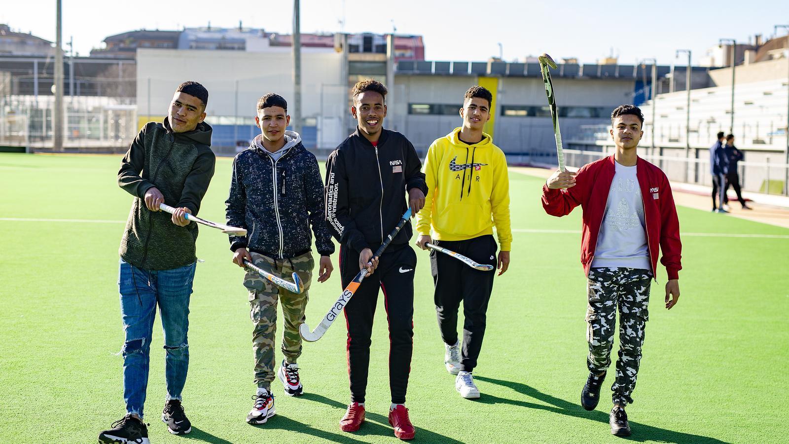 Els joves àrbitres en formació al camp d'hoquei herba de Terrassa