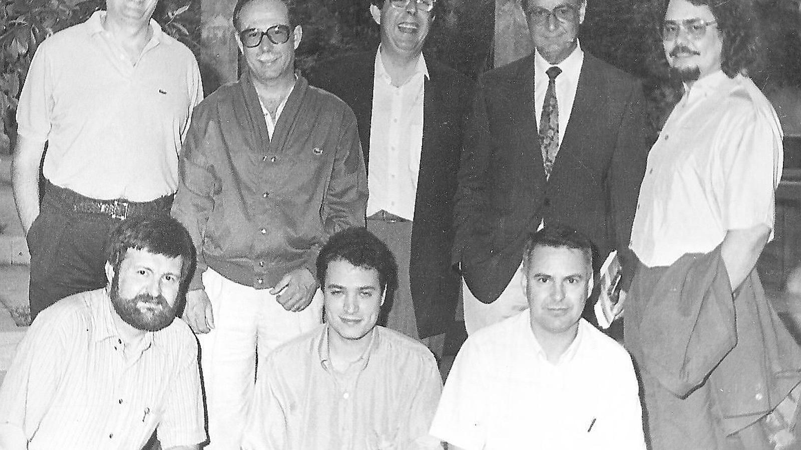 SEMPRE BEN ENVOLTAT Imatges de distints moments de la vida del poeta, amb amics  i escriptors, com ara Blai Bonet  (assegut amb Riera baix aquestes línies).