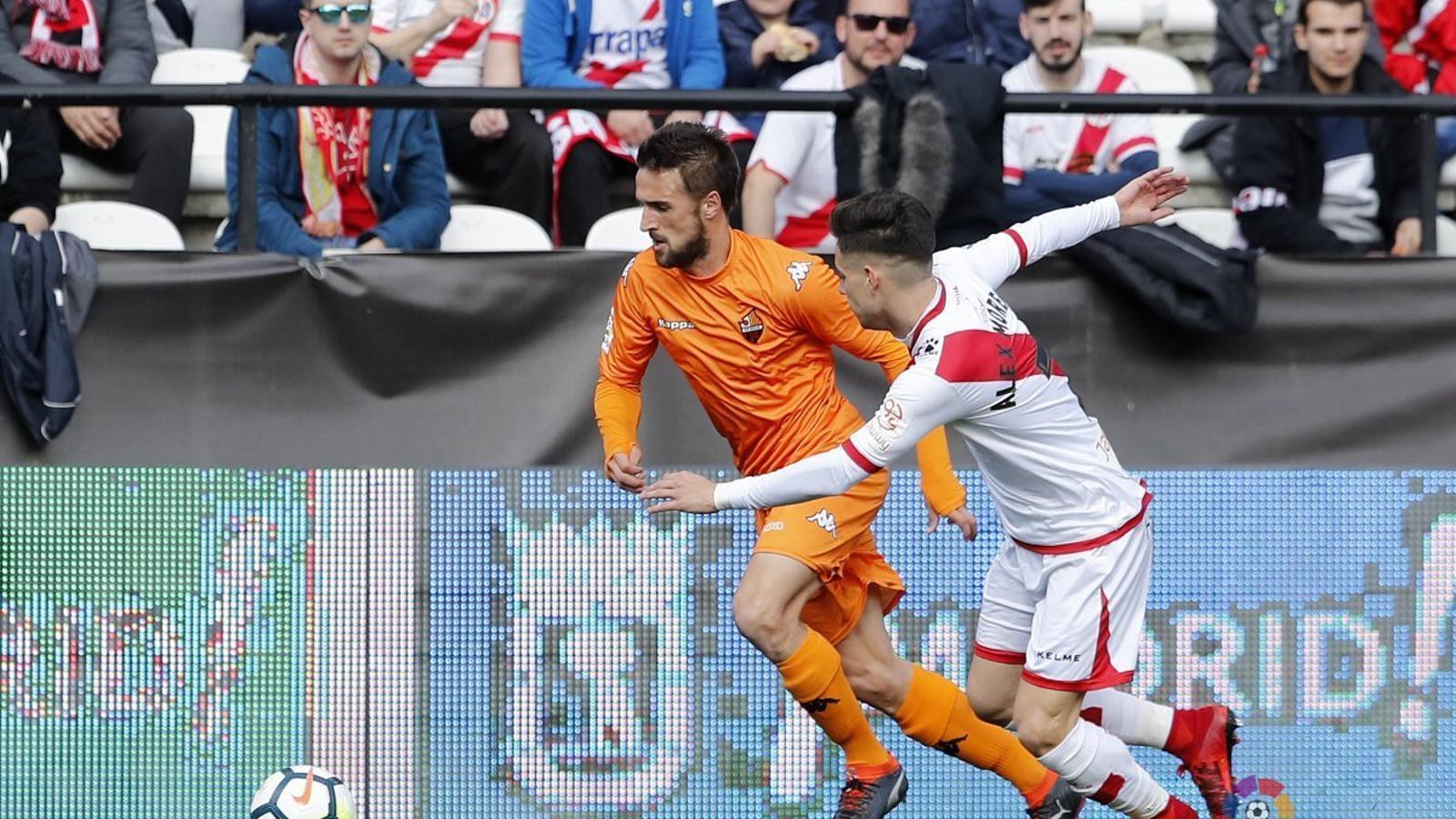 Una acció del partit entre el Rayo Vallecano i el Reus protagonitzada per Jorge Miramón