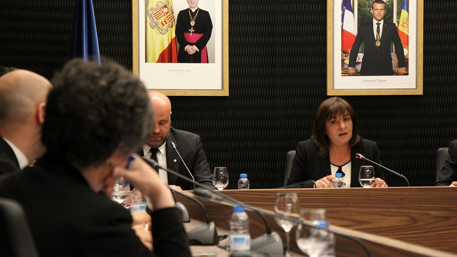 La cònsol major d'Escaldes-Engordany, Trini Marín, durant l'esbroncada amb la consellera del PS+I, Cèlia Vendrell, que està d'esquenes. / M. M.