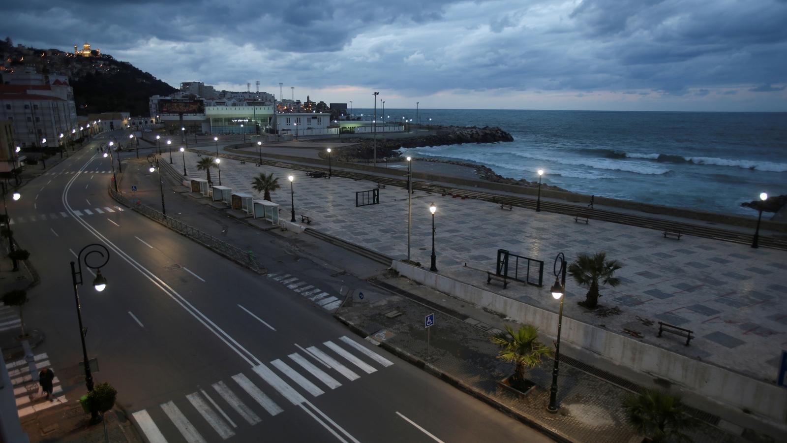Un carrer d'Alger buit fruit del toc de queda imposat per evitar la propagació del coronavirus, Algèria