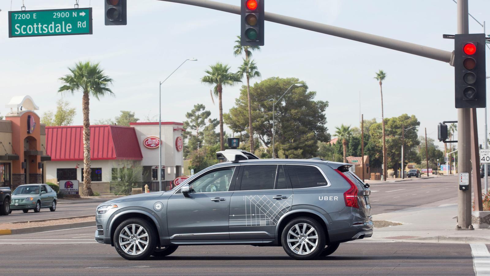 Un vehicle autònom d'Uber en un carrer d'Arizona