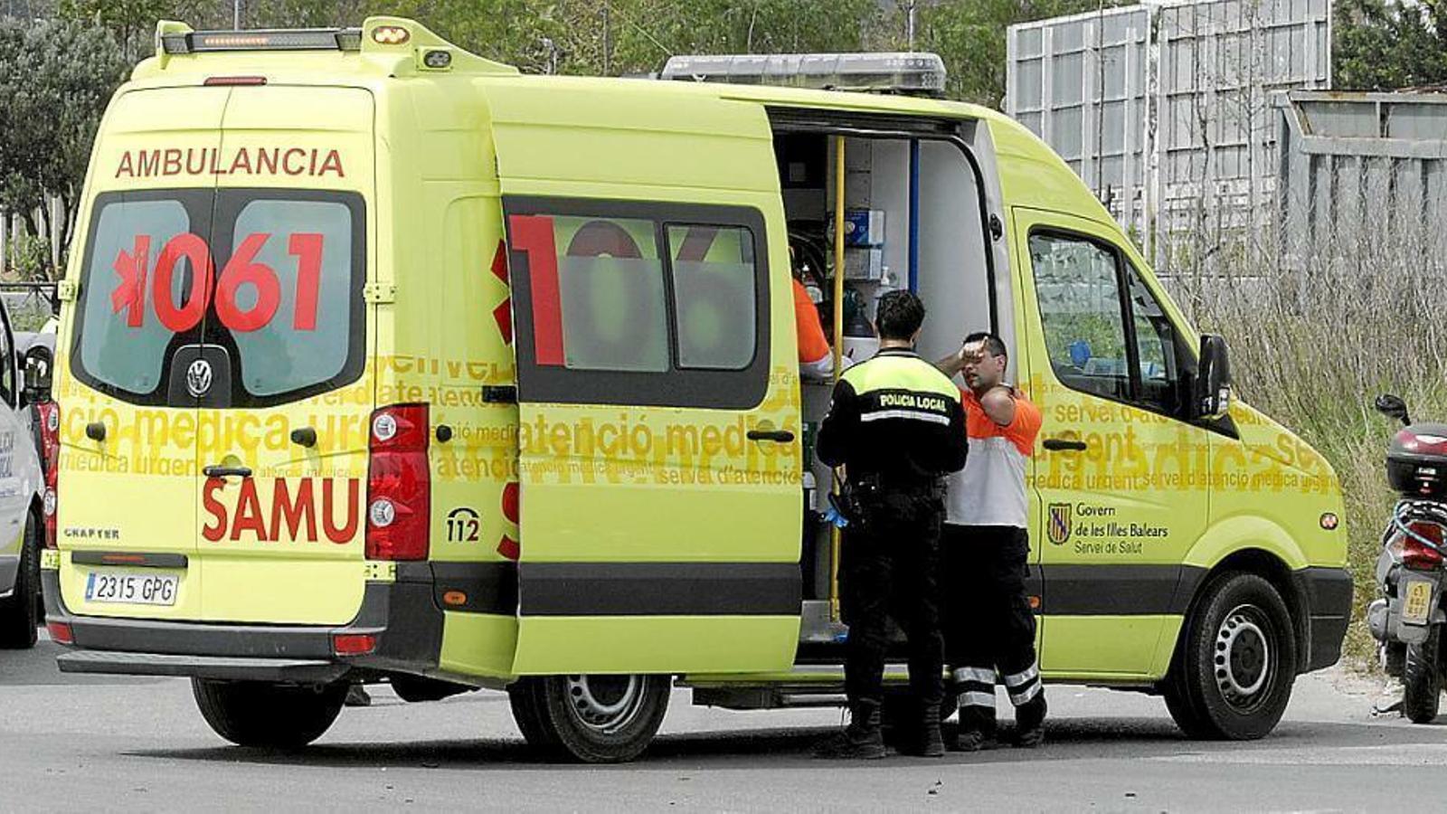 La dona ha estat traslladada pels serveis del 061 a Son Espases