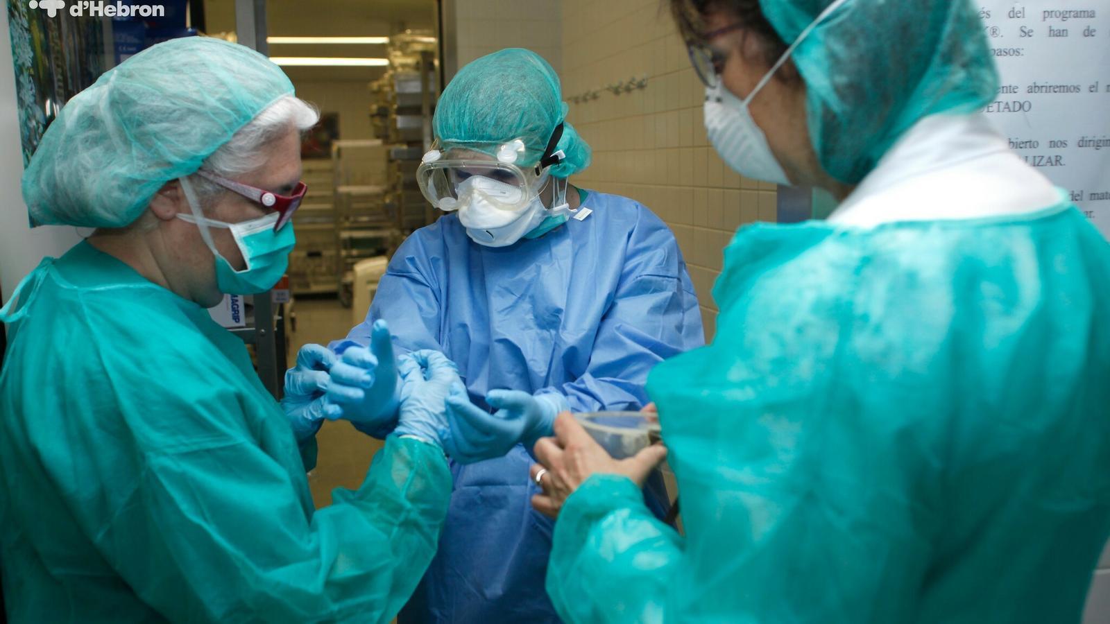 Professionals de Vall d'Hebron equipant-se per atendre pacients afectats pel Covid-19