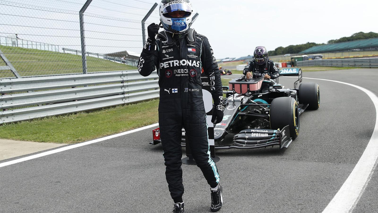 Bottas davant del Mercedes de Hamilton.