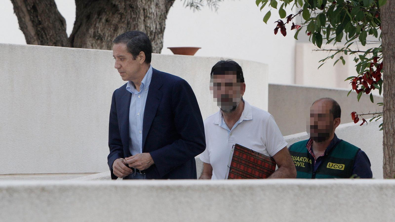 L'expresident de la Generalitat Valenciana, Eduardo Zaplana, durant l'escorcoll del seu xalet a Benidorm