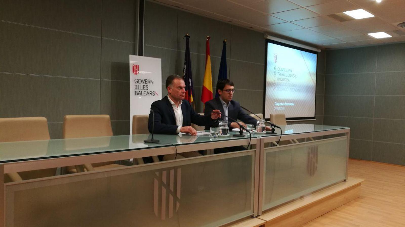 El conseller de Treball, Iago Negueruela, i el director general d'Ocupació i Economia, Llorenç Pou.