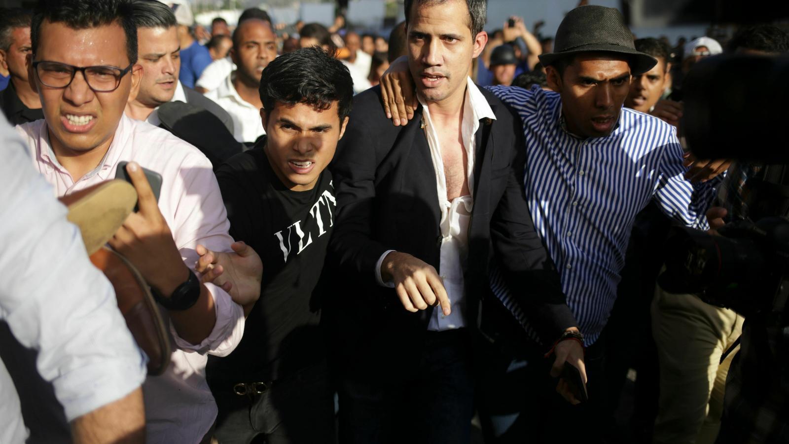 Cops i batusses en la tornada de Guaidó a Caracas