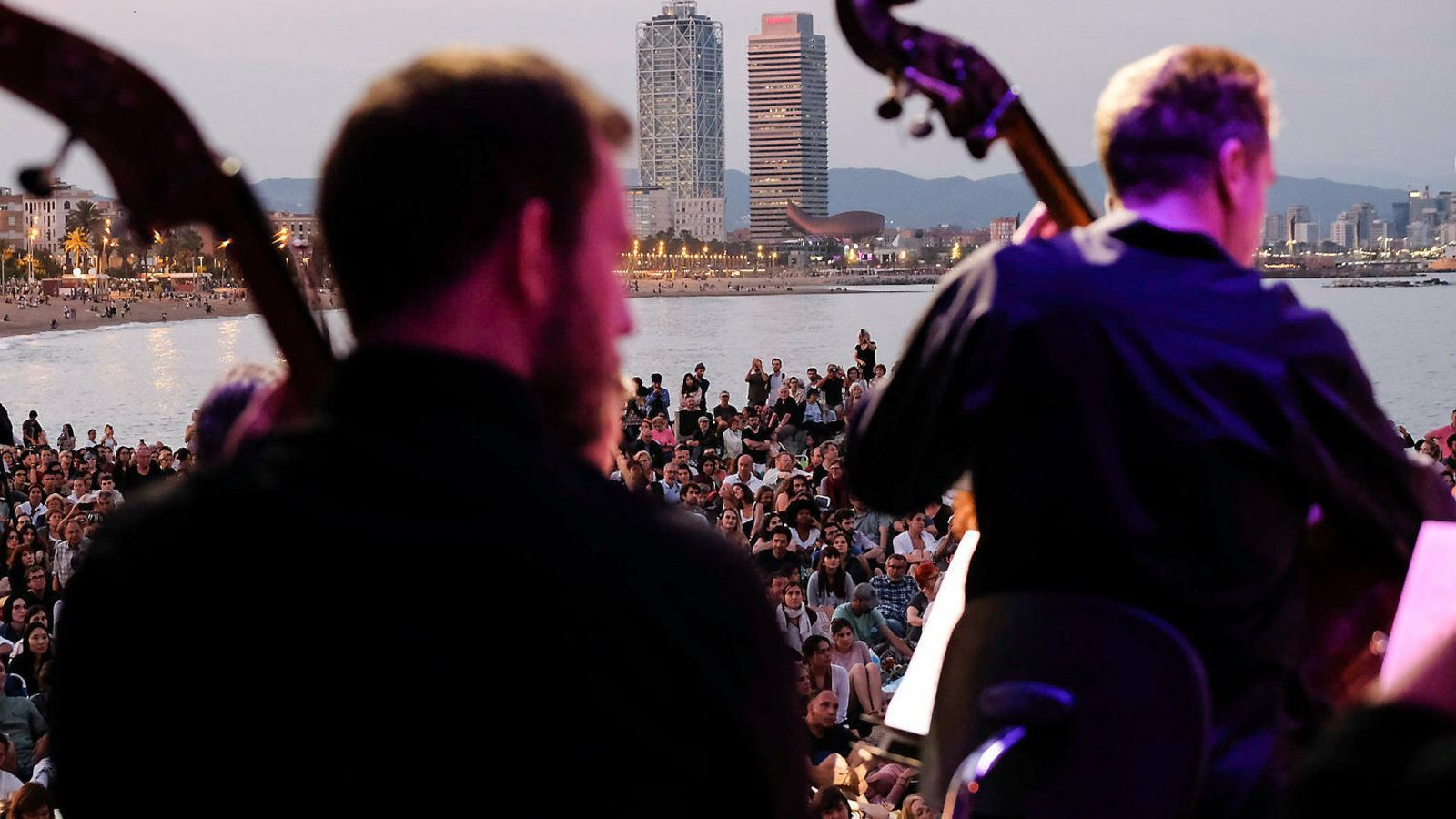 La música simfònica conquereix  la platja el Dia de la Música