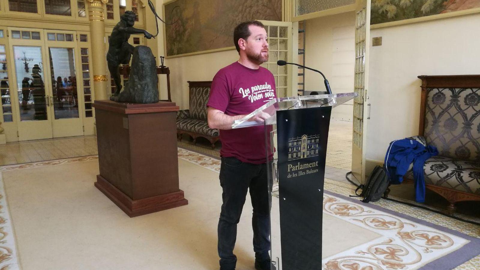 El diputat de MÉS, David Abril, ha comparegut amb la camiseta de suport a Valtònyc.