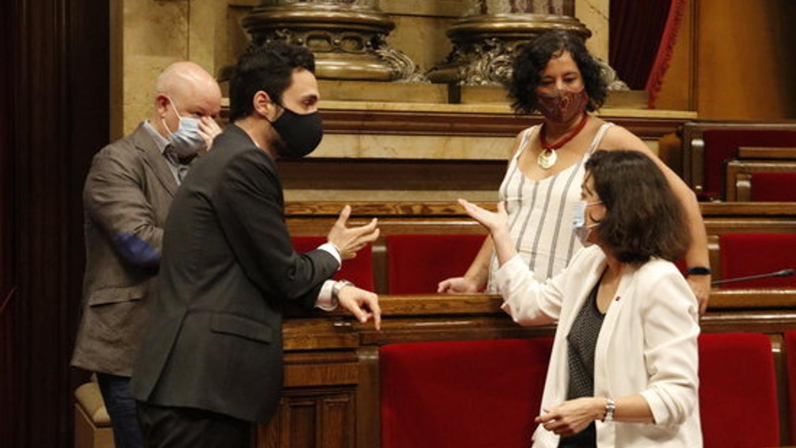 El president del Parlament, Roger Torrent, parlant amb la diputada del PSC Eva Granados, i la diputada de Catalunya en Comú-Podem Susanna Segovia, aquest matí a l'hemicicle