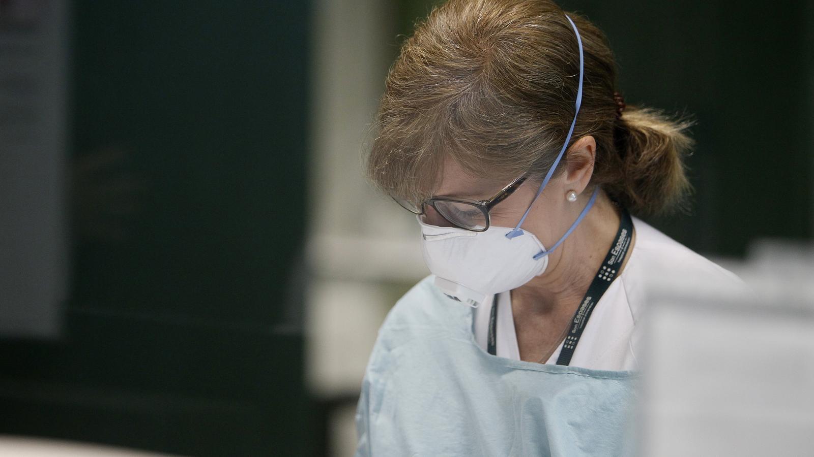 Imatge d'una dona treballant en el laboratori de Son Espases.