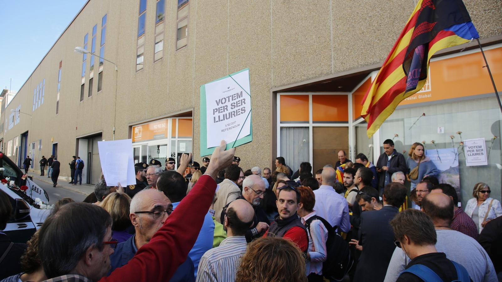 """Un centenar de ciutadans es concentren davant de la seu d'Unipost de Terrassa a crits de """"votarem"""""""