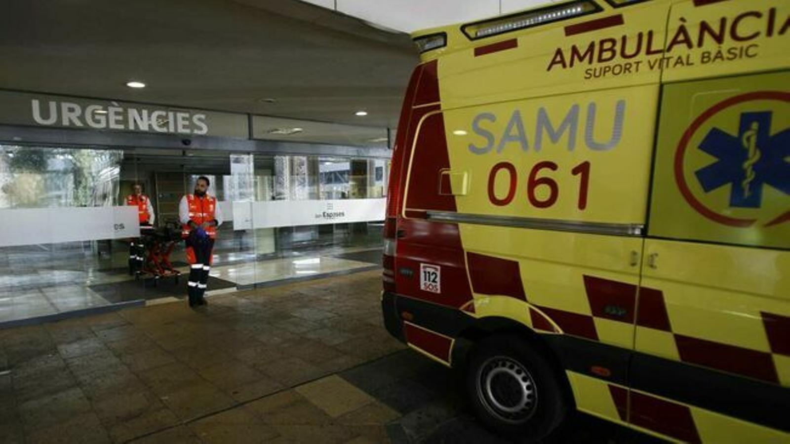 Una ambulància a l'entrada d'Urgències de Son Espases.