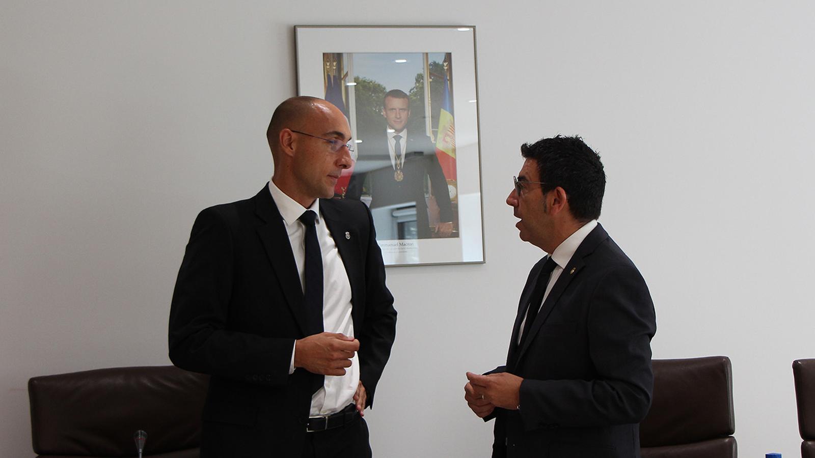 El conseller de Serveis Públics i Circulació d'Andorra la Vella, Miquel Canturri, conversa amb el secretari general moments abans de l'inici de la sessió de consell de comú. / M. F. (ANA)