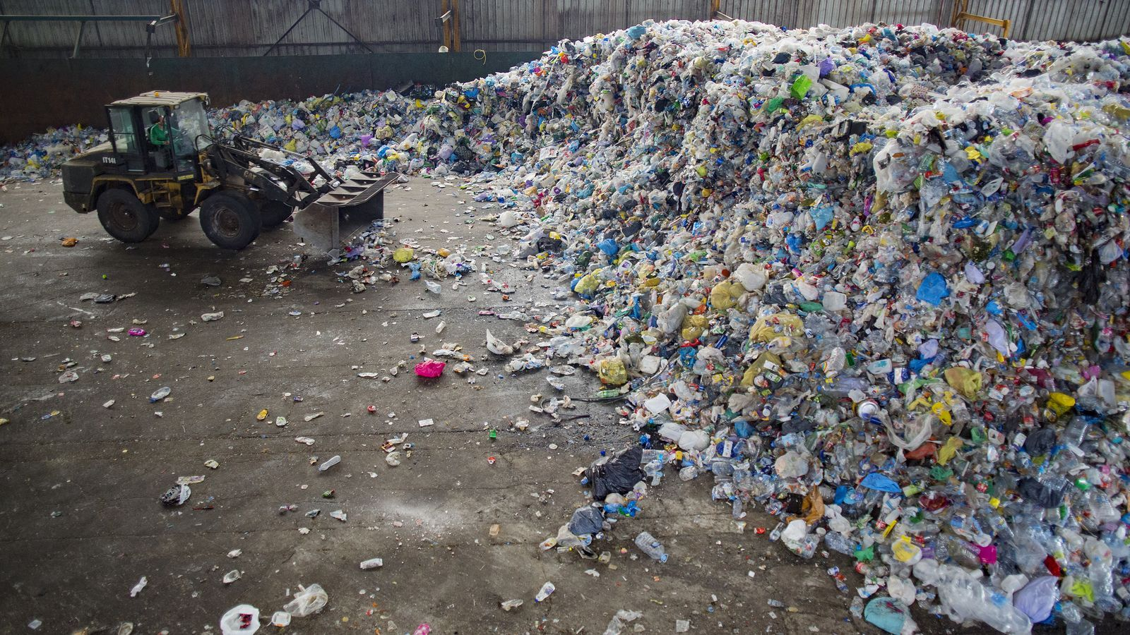 La planta de triatge de Gavà-Viladecans, que gestiona gran part dels envasos de plàstic de l'àrea metropolitana de Barcelona / FRANCESC MELCION