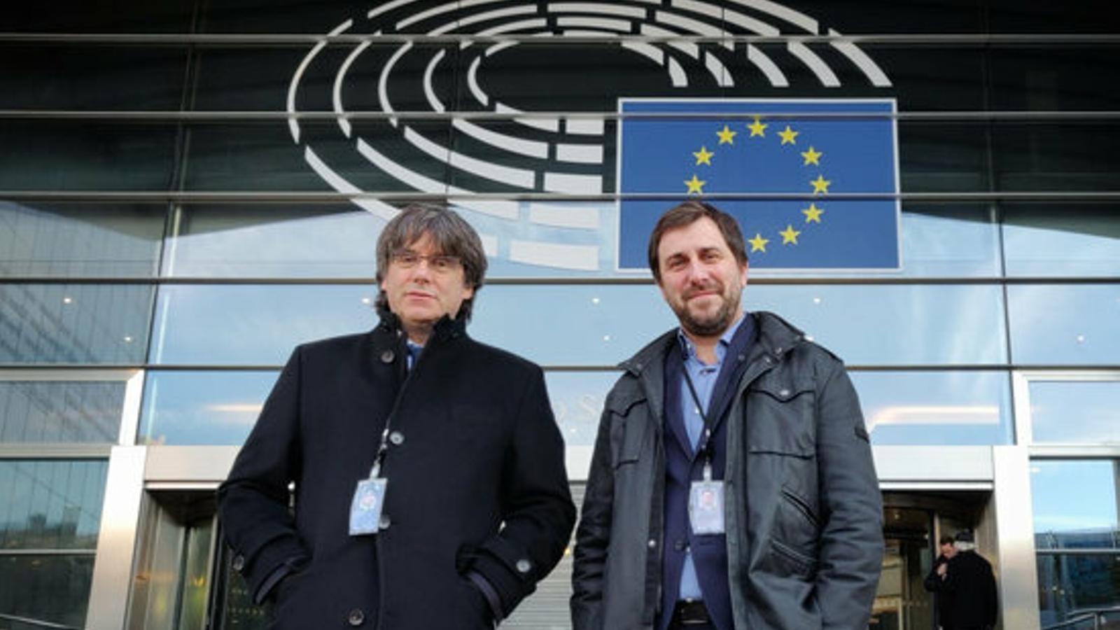 Puigdemont i Comín, a l'entrada al Parlament europeu amb les seves acreditacions definitives