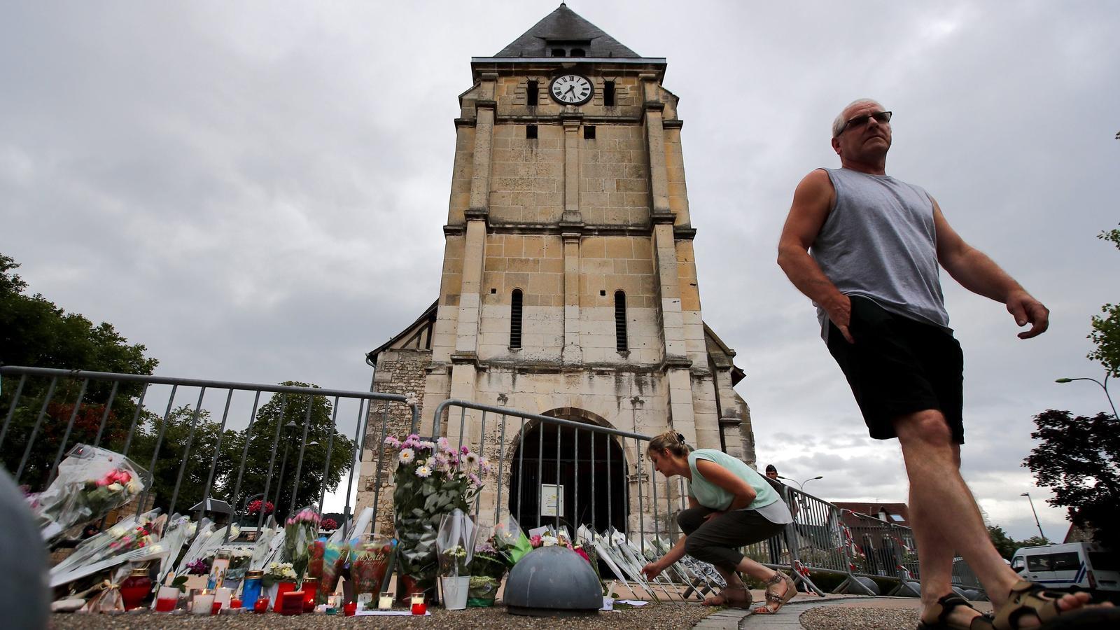 """Ofrenes davant l'església a Normandia on dos """"soldats"""" de l'EI van matar dimarts el mossèn Jacques Hamel"""