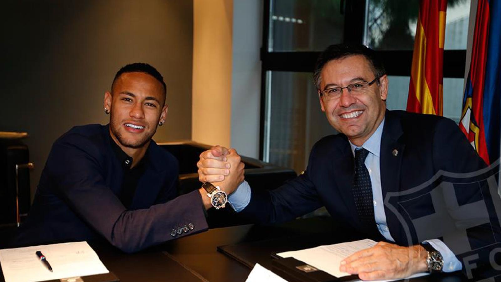 Neymar i Bartomeu, signant el nou contracte del brasiler