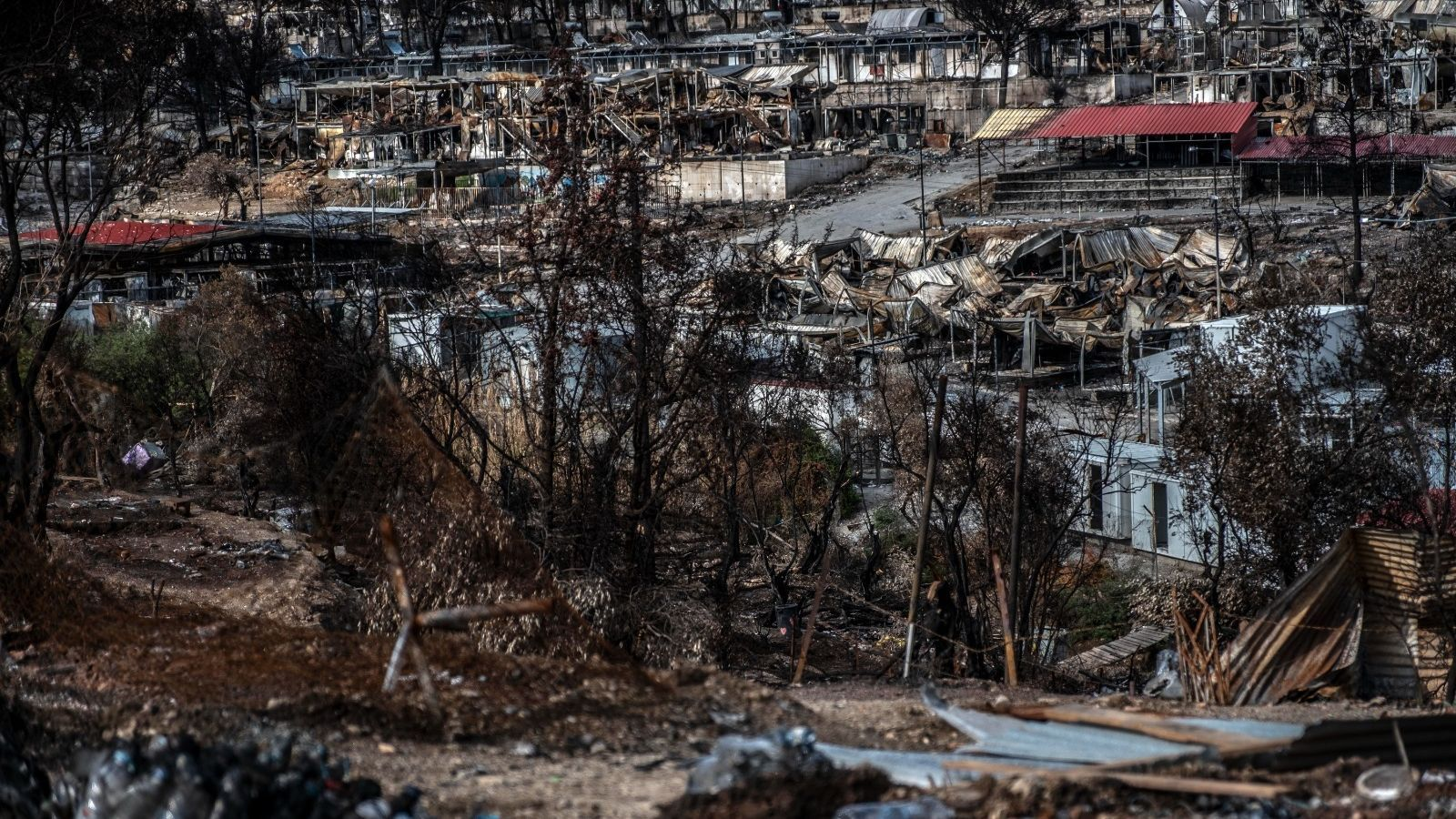El camp de Mória tal com ha quedat, completament cremat
