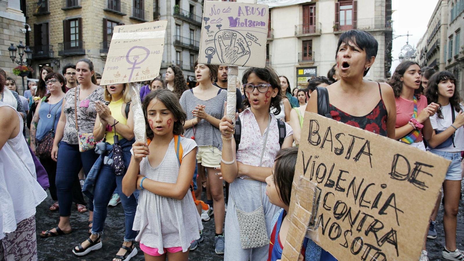 Ahir es van fer concentracions en diverses ciutats -Barcelona a la foto- per donar suport a la víctima de Manresa.