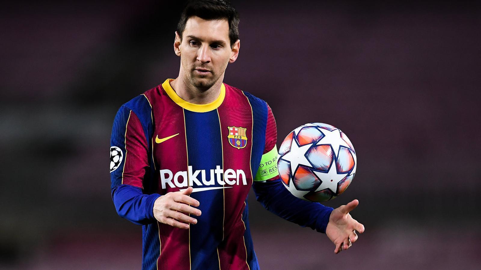 Messi agafant una pilota el dia del partit de Champions del Barça contra el Juventus.