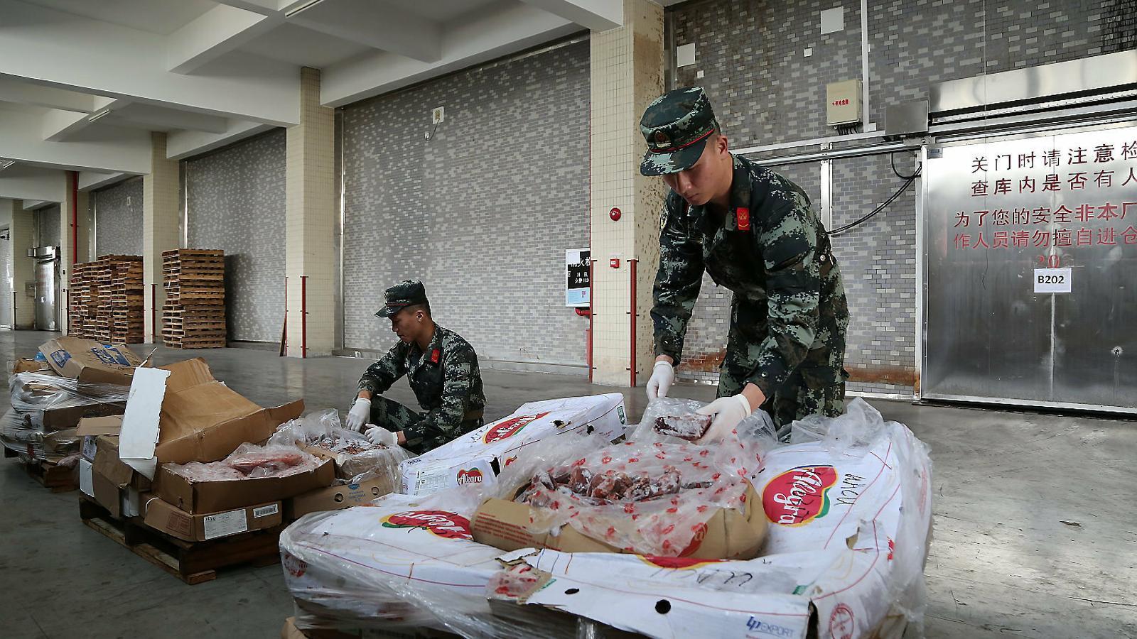 La policia marítima xinesa interceptant una de les moltes partides de porcs afectades per la pesta porcina africana procedents d'aquell continent.