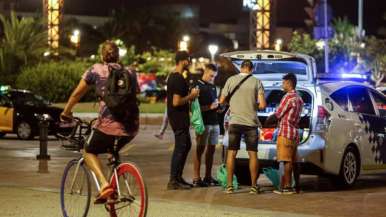Alcohol, batusses i saturació policial a les nits del Port Olímpic