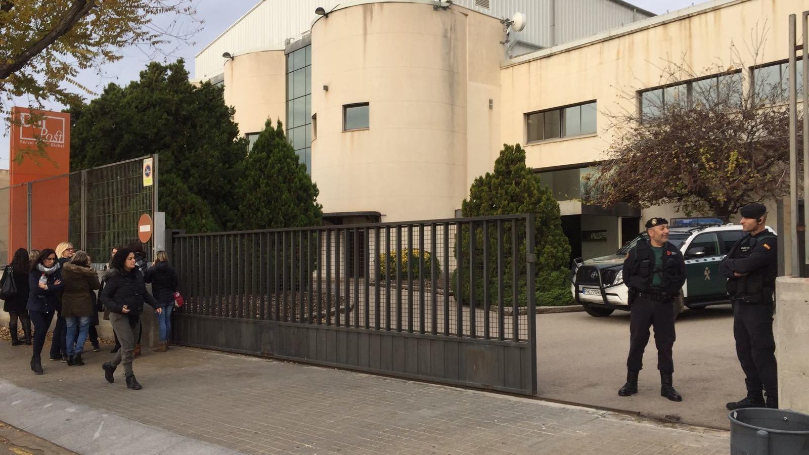 Dos agents de la Guàrdia Civil a l'entrada de l'empresa Unipost