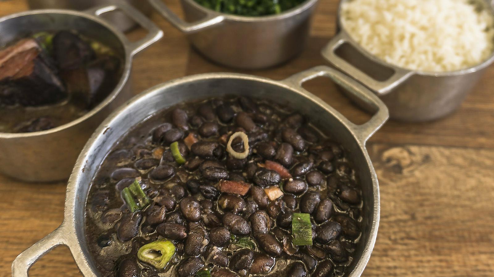 Ingredients  de la feijoada, amb el feijão  en primer pla.