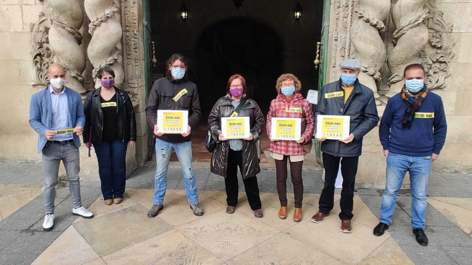 Dirigents d'Escola Valenciana que aquest dimecres han presentat les 11.000 signatures de suport al manifest'Alacant en valencià'