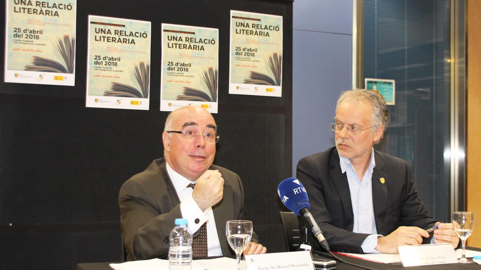 L'ambaixador d'Espanya a Andorra, Manuel Montobbio, i el conseller de Cultura, Josep Roig, en la presentació de la jornada literària. / E. J. M. (ANA)