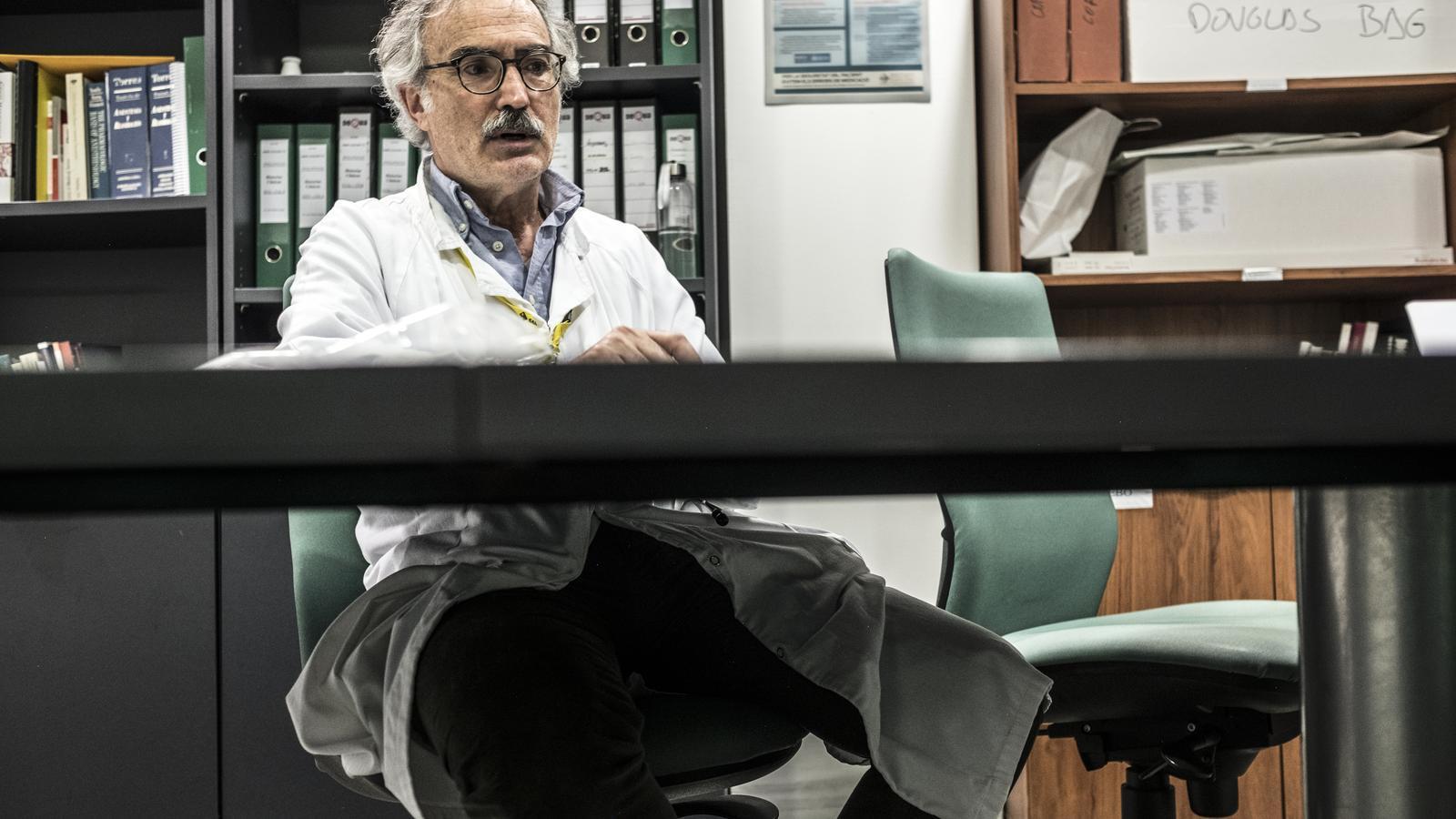 El dr. Mancebo en un moment de la entrevista amb l'ARA