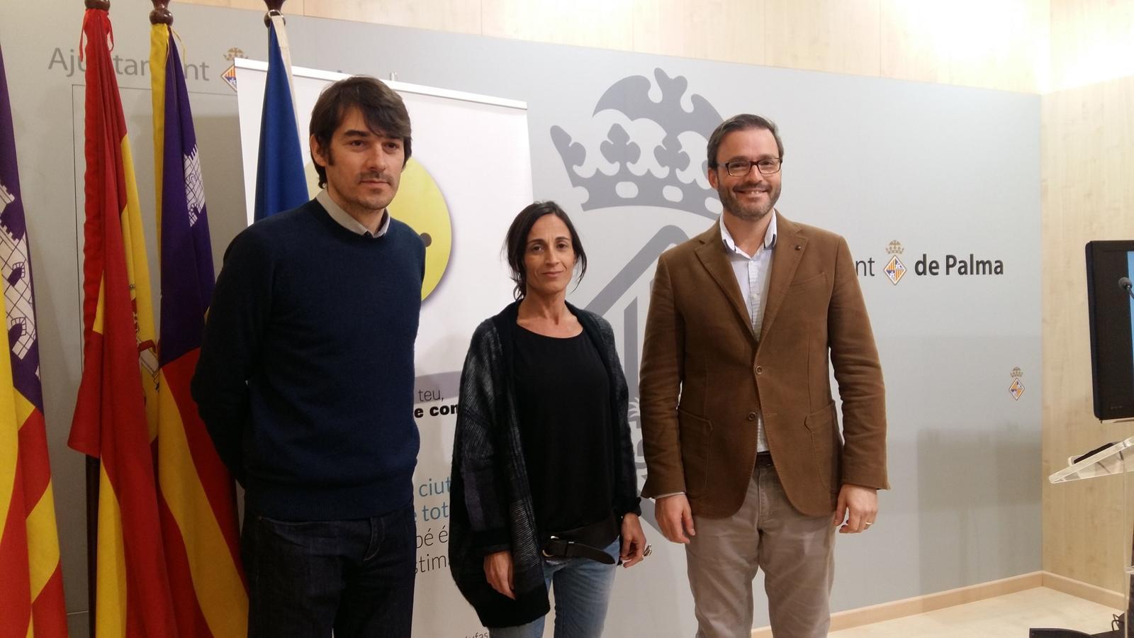 La directora de l'Oficina, Margalida Cladera, i el tinent de batle d'Habitatge, José Hila, durant la roda de premsa en què s'han oferit les dades